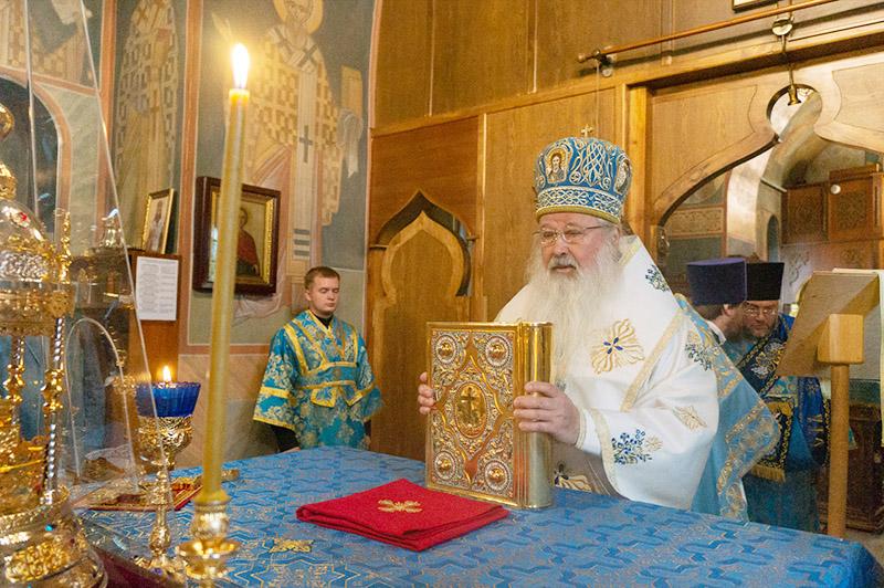 В день отдания праздника Успения Владыка Тихон совершил литургию в Свято-Успенском монастыре